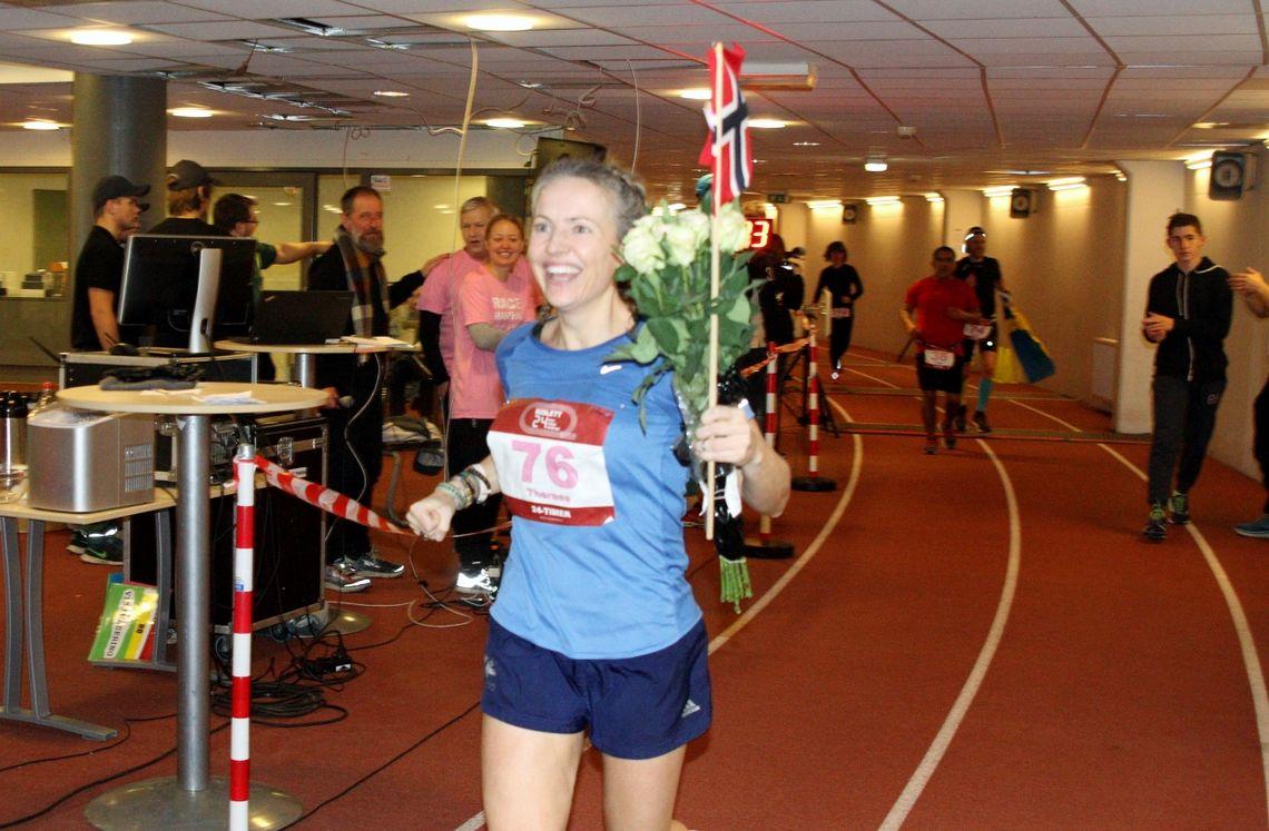Therese Falk passerer målområdet med 1 minutt igjen å løpe, hun har akkurat løpt sin raskeste av 403 runder (foto: Olav Engen).