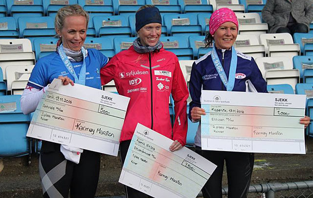 På pallen; Nr. 1. Marthe Katrine Myhre 2.58.01 med løyperekord, nr. 2. Vivian Kyte 3.23.00 og 3. Oddveig Odland 3.30.03