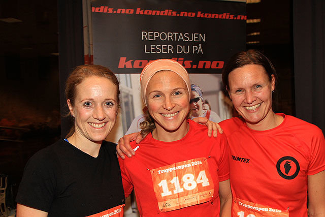 Tina Eik (i midten) vant trappeløpet i Rådhuset foran Sara-Rebekka Færø Linde (t.v) og Caroline Christie, begge fra Varegg.