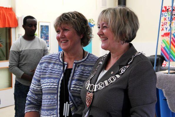 Ordførar Astrid Aarhus Byrknes roste avdelingsleiar Eli Valestrand Presttun under nyopninga av avlastningsavdelinga.