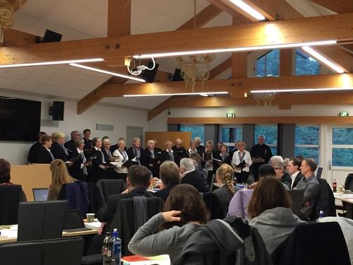 Kommunestyret startet med korsang 7. desember 2016.jpg