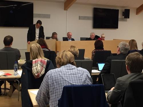 Kommunestyremøtet med podiet og talerstol 7. desember.jpg