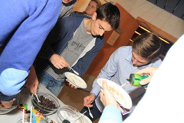 På en grøtfest serverer man selvfølgelig risengrynsgrøt. Her er det Torbjørn Knag og Kristoffer Blücher som forsyner seg.