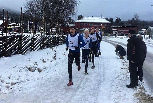 Morten Buchholdt og Sverre Grønvold i tet fra start i Koppang sentrum. (Arrangørfoto)