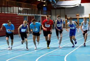 Fra starten på 800 m for gutter i KM i Stangehallen i 2017. (Foto: Egil M. Kristiansen)