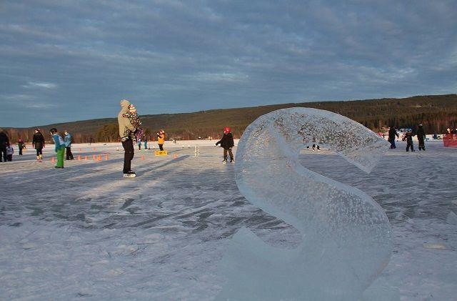 Ole Edvard Gjerstadberget hadde æren for utførelsen av isskulpturen S, is-sklie og seierspall - alt skåret ut med motorsag i ekte Dølisjøis. (Foto: Steinar Saghaug)