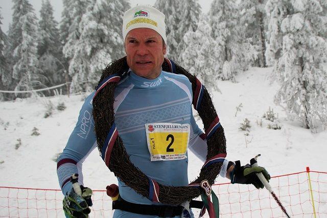 Vinner Håvard Hansen med seierskransen etter målgangen på Gåsbu lørdag. (Foto: Stein Arne Negård)