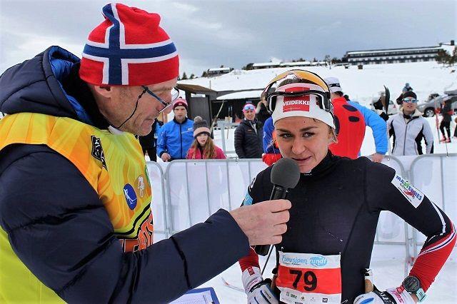 Emilie Kristoffersen blir intervjuet etter sin 3. seier på rad i Furusjøen Rundt i fjor. (Foto Lars Tungen)