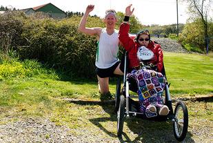 Anders Ekkje Slettebø og moren Sigrunn inviterer til Ekkjeløpet lørdag 2. september. (Foto: privat)