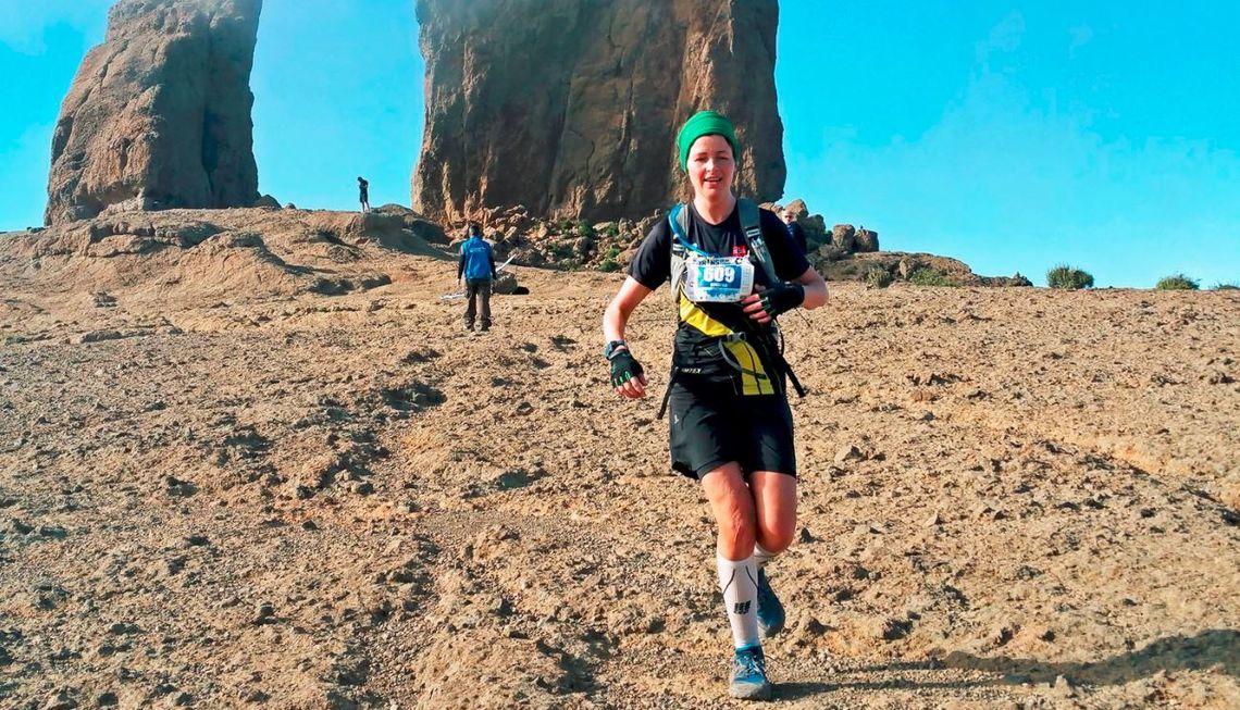 Den Arendal-bosatte tobarnsmoren Øyunn Bygstad (33) har gjennomført flere ultraløp og fullførte sist helg Trans Gran Canaria. Her løper hun ned fra det høyeste fjellet Garanon (privat foto).