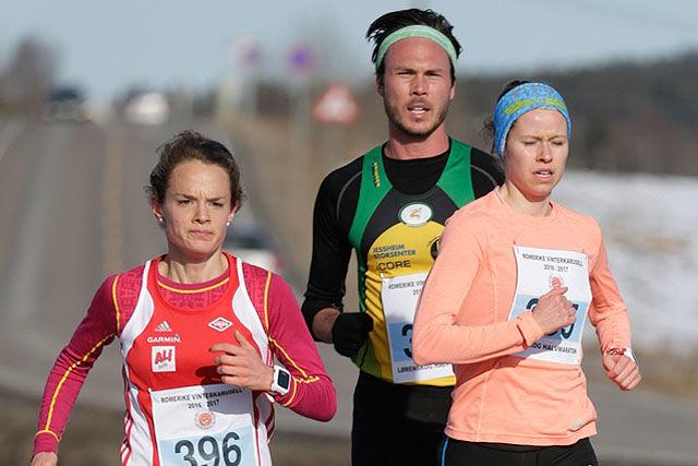 Runa Skrove Falch og Silje Fjørtoft var raskest i kvinneklassen i 2017, her med mellomdistanseløper Andreas Roth på slep. (Foto: Per Inge Østmoen)