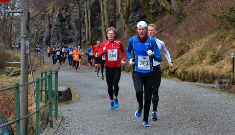 Lang rekke med løpere ut fra start i 2017. Foto : Trygve Andresen