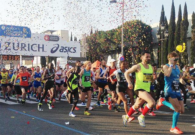 Med konfetti over seg la løperne av gårde på de 42 kilometerne i Barcelonas gater. (Foto: arrangøren)