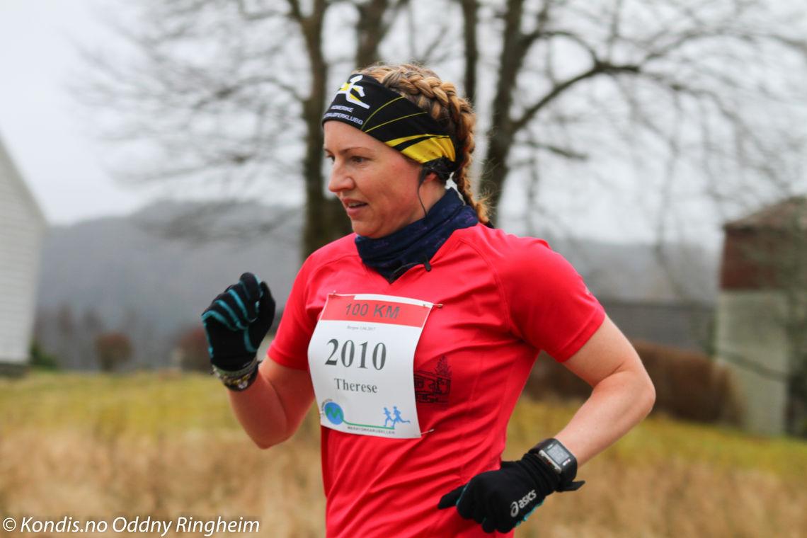 Tradisjonsrike Bergen Ultra arrangeres 6. april, og Therese Falk er påmeldt også i år. Bildet er fra 2017 da hun satte løyperekord på 100 km, en rekord hun selv forbedret i fjorårets løp. (Foto: Oddny Ringheim)