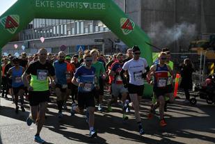 Starten har gått for de to lengste distansene. De fire raskeste på halvmaraton, Wermskog (nr 1640), Andås (nr 1259), Sæther (nr 1281) og Wang (nr 1216), tar kommandoen fra start.