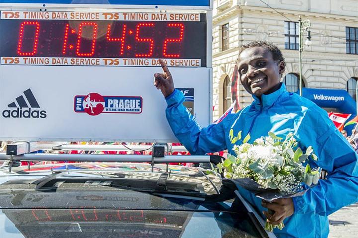 Joyciline satte sin første verdensrekord på halvmaraton i Praha i vår. (Foto: Praha Halvmaraton)