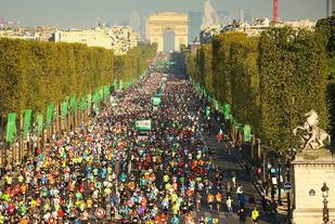 Fra årets og den 41. utgaven av Paris Marathon med start på Champs Elysées og Triumfbuen i bakgrunnen (Foto: Paris Marathon/Facebook).