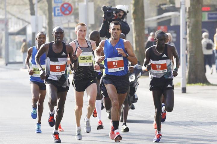 Sondre Nordstad Moen lå fint med i tetfeltet i Hannover Marathon. (Foto: arrangøren)