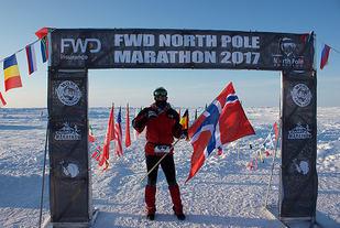 54 løpere fra 20 forskjellige land deltok i årets utgave av North Pole Marathon. Norske Pål Skyrud var en av dem og passerer her målstreken. (Alle foto: privat)