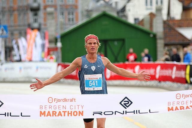 Sondre Øvre Helland vinner helmaraton.