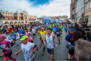 Krakow Marathon har start på den gamle markedsplassen i byen, og med mottoet Gjennom historien, passerer løypa også mange av byens historiske minnesmerker. (Arrangørfoto)