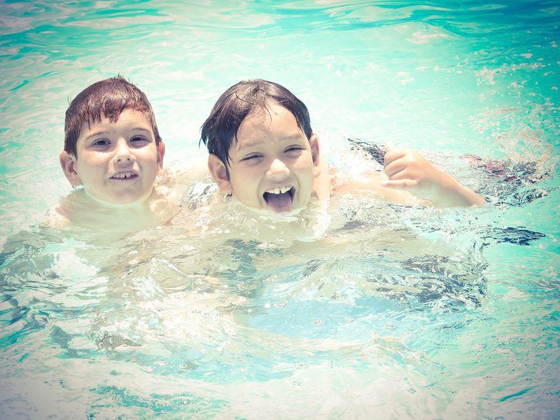 Barn i basseng