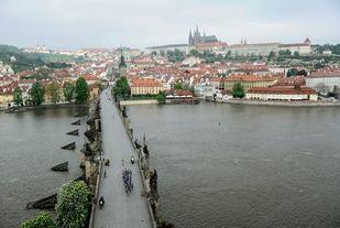 Tetfeltet på Karlsbroen etter starten som går i gamlebyen og med Hradčany-slottet i bakgrunnen (Arrangørfoto).