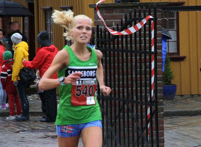 17-åringen Julie Larsen fra Sarpsborg IL på oppløpet i nabobyen som vinner. (Foto: Hege Tokerud)