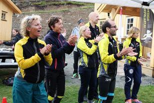 Alle elsker å bli heiet på. Uansett hvor sliten man er kommer smilet fram. Bildet er fra Kristins Runde (80km) som ble arrangert i Nordmarka 2008-2013. (Foto: Olav Engen)