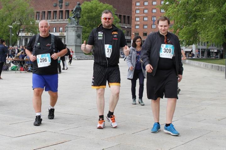 Tre blide karer som kom desidert sist på 10 km i Ecotrail Oslo i år. Slikt liker kondispresidenten, det er lov å løpe sakte. (Foto: Olav Engen)