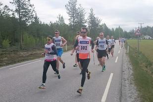 Odal SK i tet fra start på Furumoen torsdag ved Cathrine Andersen og Lars Skogheim med dagens vinner Christoffer Enderud Hansen (308) rett bak.