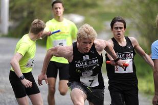 Andre veksling på Hansastafetten: Joel Dyrhovden og The Dale Oen Experience går ut med et lite forsprang på Tomas Windheim og Yolo.
