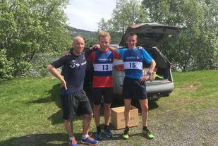 Dei tre beste i den 62. utgåve av Rotevatnet Rundt. Frå venstre Einar Orten Trovåg (2), Håkon Orten Trovåg (vinnar) og Svein Arne Lødemel (3). Foto: arrangør