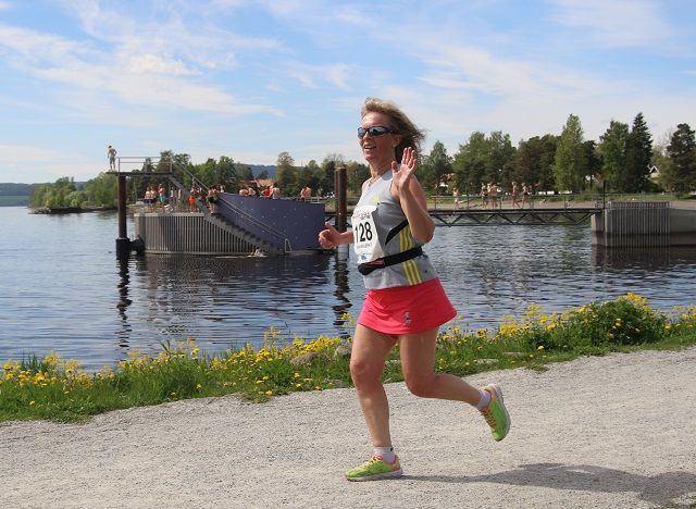 Ellen Wold, tidligere styremedlem i Kondis, passerer Norges mest berømte stupetårn på Koigen på de siste meterne av sitt milløp på Hamar lørdag.