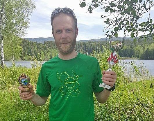 Morten Auset med seierpokalen. (Foto: Arrangøren)