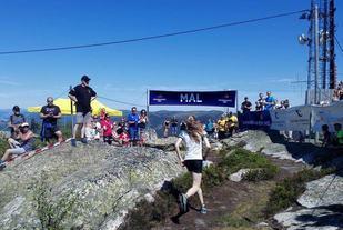 Lucia Philipp løper inn til suveren seier i kvinneklassen. (Foto: arrangøren)