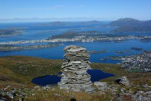 Varden er en av mange varder på toppen av Sulafjellet. Utsikten mot Langevåg, Ålesund og Nordøyene er ikke noe å si på. En tur på Vardane er et kjent begrep for mange sunnmøringer. Foto: Arrangør