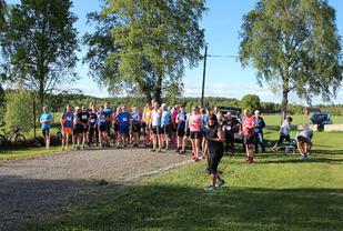 Løpsleder Ingvild Brenni er klar til å sende ut startfeltet. (Arrangørfoto)