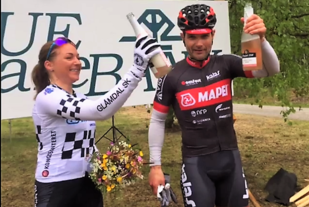 Linda-Kristine Bjerke og Steffan Hartz Repshus kunne feire med boblevann på pallen på Lunderseter. (Foto: Petter Finsen)