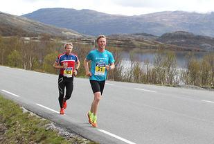 Langs Sjodalsvatnet: Første mila av Fjellmaraton er forholdsvis lett og følger langs nedre og øvre Sjodalsvatnet. Her er  Erland Eldrup (nr. 21), som ledet halvveis, på andreplass og Ingve Nasvik på tredjeplass.(Foto: Kjell Vigestad)