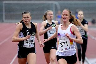 Innspurt mellom Silje Lindstad og Ingrid Kristiansen på 800 meter i Framolekene.