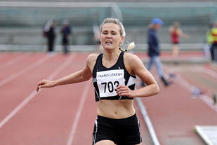 Pernilla Eugenie Epland vinner 3000 meter for kvinner senior på en god tid.