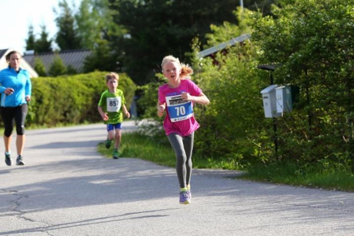 Barn løper alt de orker enten resultatlistene er alfabetiske eller tidsrangert. Her ser vi Pia i Langtrampen i Nannestad forrige uke, hun må foreløpig klare seg med ikke-rangert resultatliste. (Foto: Bjørn Hytjanstorp)