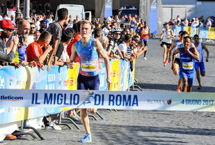Filip Ingebrigtsen tok en klar seier i mileløpet Il Miglio de Roma. Bak skimter vi hans bror Jakob som ble nummer tre. (Foto: arrangøren)