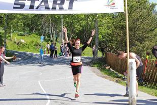 Angelika løper i mål som klassevinner i Kleivane Rundt. (Foto: Martin Hauge-Nilsen)