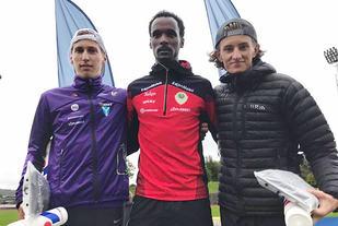 Zerei Mezngi (midten) vant 5000 meteren foran Kristian Tjørnhom (t.v.) og Oliver Andersen Vedvik. (Foto: arrangøren)