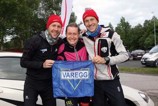 Stian Angermund-Vik, Henriette og Jonathan Albon har funnet fram Varegg flagget under premieutdelingen