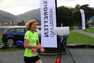En av de beste veteranløperne i Bergen, Kristin Husby, løper i mål under Liavannet Rundt ifjor. Foto : Arne Dag Myking