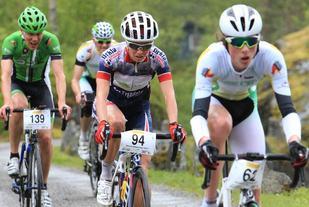 Borghild Løvset med startnummer 94 ligger her sammen med Stig Svalheim (139) og Håkon Nore Bjerkvik som vant klasse Menn 17-18 år. Foto: Arrangør