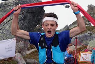 Stian Øvergaard Aarvik er strålende fornøyd da han vinner Hovlandsnuten Opp for 1. gang